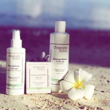 Christophe Robin推出全新系列,選擇了具舒緩、去除發炎效果的「費拉蘆薈」,研發出三款具高保濕功能的洗髮皂、洗髮精和噴霧。