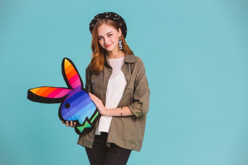 周年慶滿額贈大放送,消費滿NT3800就送彩虹條紋兔頭抱枕一只,滿NT7000送兩只與VIP會員優惠