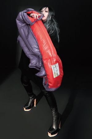 雙色羽絨衣,Moncler;針織拼貼裝飾上衣,J.W.Anderson@Onefifteen;皮革過膝長靴,私人提供;卡地亞頂級珠寶系列豹斑點縞瑪瑙鑽石耳環、卡地亞頂級珠寶系列美洲豹鑽石戒指,both by Cartier。