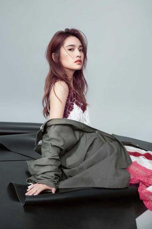 蕾絲拼接洋裝,Valentino;PSWL 軍綠色大衣,Proenza Schouler。