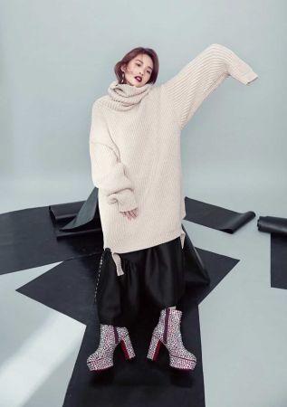 寬版針織毛衣,Balenciaga;黑色洋裝,3.1 Phillip Lim;鑽飾厚底靴,Christian Louboutin;珠寶垂墜耳環,Piaget。