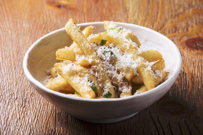 酥炸脆薯佐青蔥與帕達諾乳酪