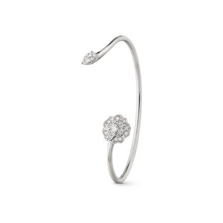 Camélia Précieux手鐲18K白金,鑲嵌1顆梨形切割鑽石及31顆鑽石。建議售價NTD391,000元