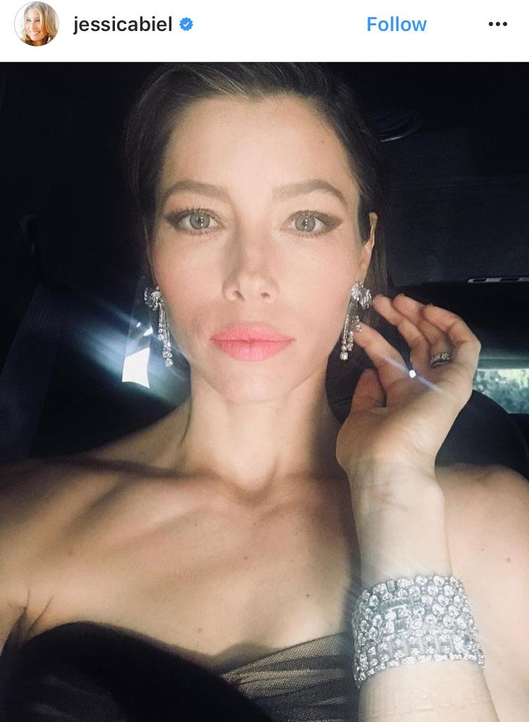 Jessica Biel潔西卡貝兒的手腕上更層疊了不同切工的Bulgari寶格麗鑽石手鍊,是有份量又兼顧時髦感的穿戴法!