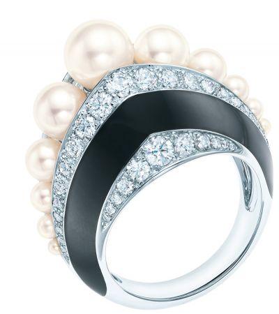 Tiffany 18K白金鑲嵌鑽石與珍珠黑色亮漆戒指(Margot Robbie 瑪格羅比佩戴款) NT$1,090,000