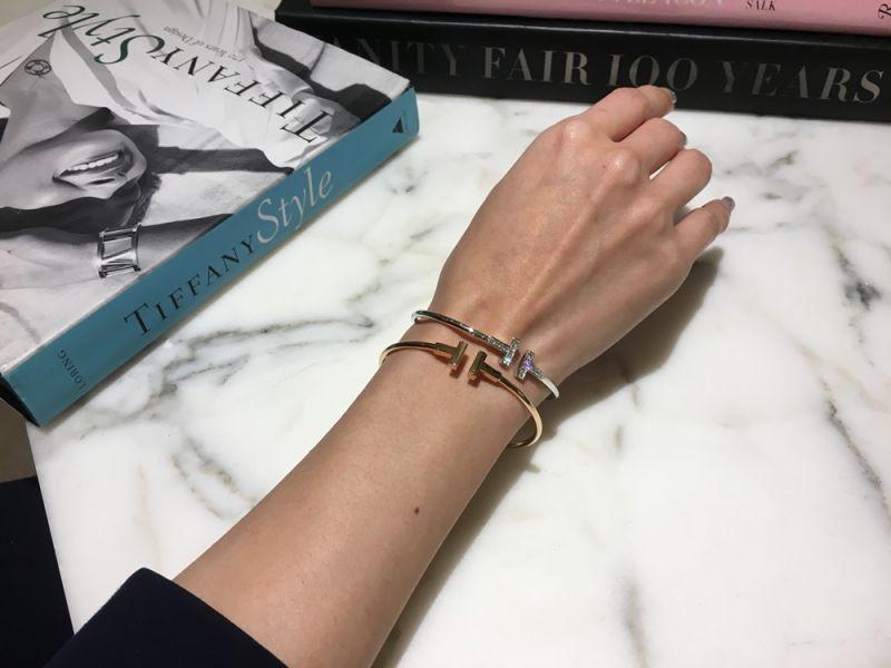 Tiffany T Wire系列手環汲取紐約的活力、能量與勇氣,以字母T的極簡線條和鮮明稜角彰顯摩登氣息。Tiffany T系列包含完美貼合手腕的手鐲和細緻手鍊,優雅懸垂於頸項的不同長度項鍊和吊墜,以及戒指和耳環,選擇十分豐富,極其適合相互堆疊搭配。