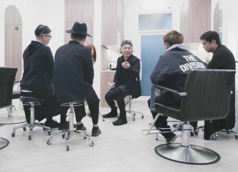 鄧爸在剪單傳授剪髮秘訣,同時也教做事做人的道理
