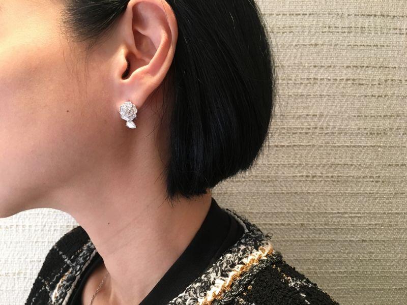 Camélia Précieux 耳環18K白金,鑲嵌2顆梨形切割鑽石及62顆鑽石。建議售價NTD522,000元
