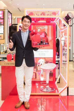 李李仁擔任蘭蔻新年幸福大使於高雄統一時代專櫃和粉絲親切互動