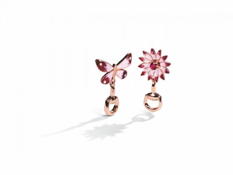 Gucci Floral系列,18K玫瑰金耳環,琺瑯彩繪蝴蝶與花卉鑲嵌紅寶石飾以馬銜,NT57,500。