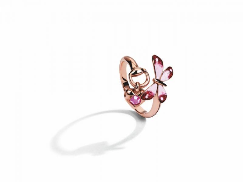 Gucci Floral系列,18K玫瑰金戒指,琺瑯彩繪蝴蝶與花卉鑲嵌紅寶石飾以馬銜,NT42,200。