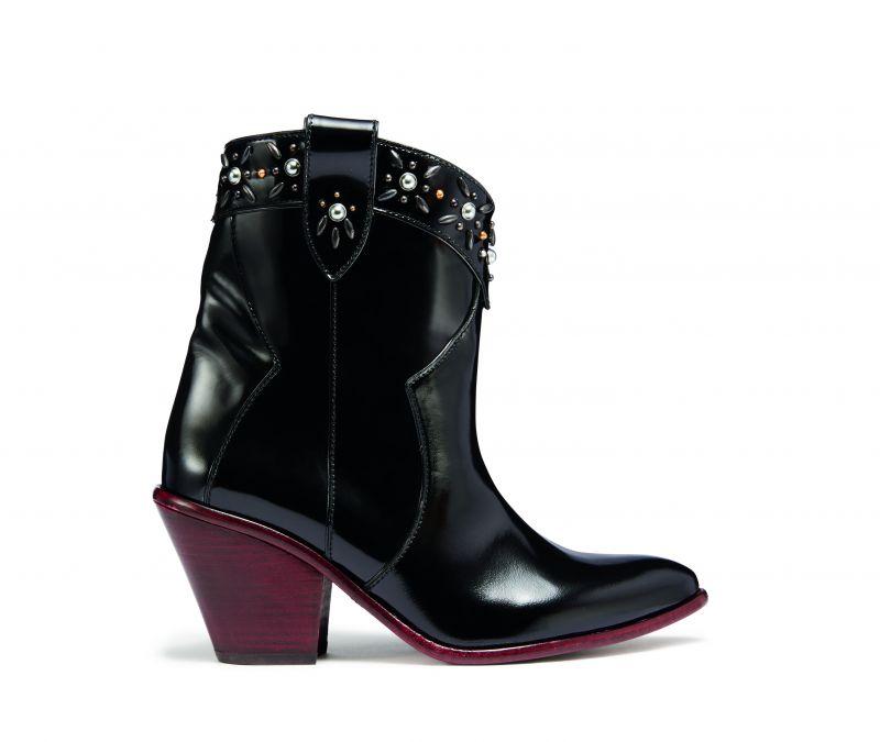 黑色皮短靴,NT23,800。