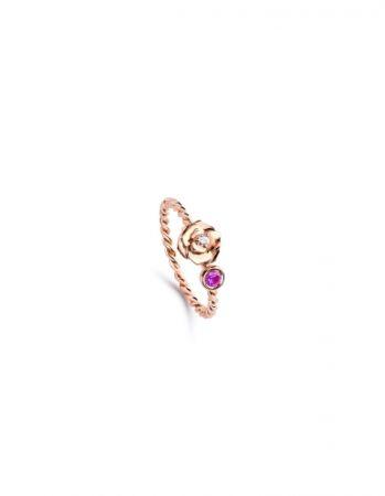Piaget Rose 系列,雕刻玫瑰指環18K 玫瑰金 鑲嵌單顆圓形美鑽(約0.03克拉)及單顆粉紅色藍寶石(約0.12克拉),NT43,500元。