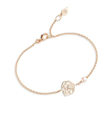 Piaget Rose 系列,蕾絲玫瑰手鍊18K 玫瑰金 鑲嵌單顆圓形美鑽(約0.01克拉)及單顆 Akoya 珍珠,NT39,000元。