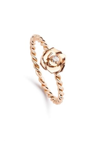 Piaget Rose 系列,雕刻玫瑰指環18K 玫瑰金 鑲嵌單顆圓形美鑽(約0.03克拉),約NT33,500起。