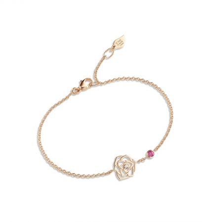 Piaget Rose 系列,蕾絲玫瑰手鍊18K 玫瑰金 鑲嵌單顆圓形美鑽(約0.01克拉)及單顆粉紅色藍寶石(約0.10克拉),NT40,000元。