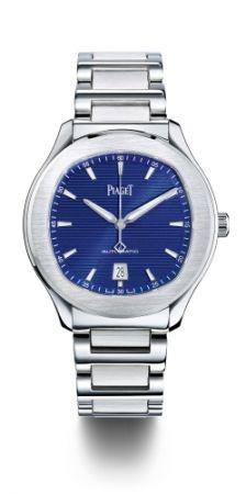 Piaget Polo S 大三針腕錶,42mm,精鋼錶殼/藍寶石水晶底蓋/藍色錶盤,鑲貼塗上夜光材質(Superluminova)的銀色時標,搭載伯爵製1110P自動上鏈機芯:時、分、秒,日期顯示設於6時位置,深灰色擺陀,厚9.4mm,防水 100米,精鋼鏈帶搭配折疊式錶釦,NT352,000元。