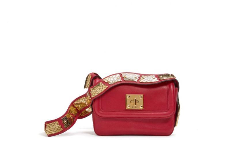 蛇形金屬背帶肩背包,RED(V),NT37,800。