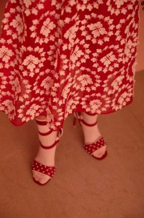 1. 蕾絲緹花連衣裙,Miu Miu,NT153,500。2. 鉚釘裝飾高跟鞋、針織條紋襪,both by Valentino,NT36,000、NT4,600。