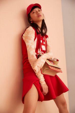 1. 暈染高領上衣,CÉLINE。2. 格紋針織背心,Miu Miu。3. 羊毛混絲短裙,Dior,NT70,000。4. 文字棒球帽,Tommy Hilfiger,NT1,980。5. 珐瑯圈型耳環,CÉLINE,NT17,000。6. 金屬 Logo 肩背包,Fendi。