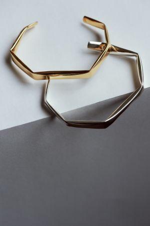 誠品生活AXES|NIZA HUANG JEWELLERY|Fold Bangle手環|金色 特價8,000元,原價10,000|銀色 特價7,040元,原價8,800元。