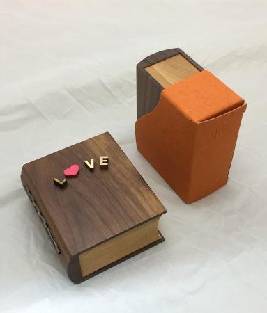 誠品生活松菸店|聽見幸福|情人小書音樂盒|特價4,960元(2組),原價5,960元。