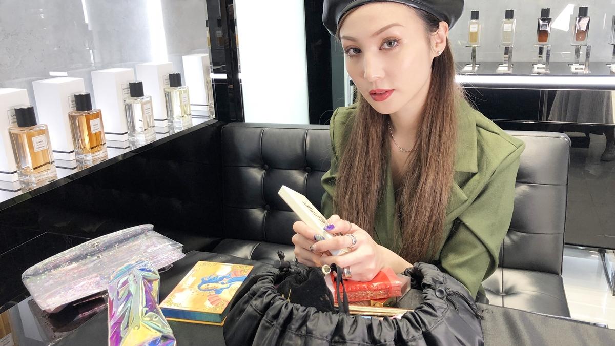 【打開化妝包】孫尤安簡直帶了移動式化妝桌!越有存在感的歐美系彩妝她越愛