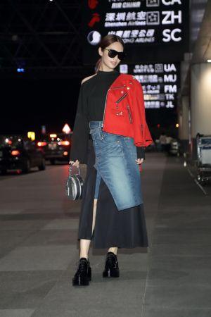 楊丞琳機場裝扮清單紅色裝飾短外套 TWD85,000銀色迷你帽箱 TWD145,000Vertigo太陽眼鏡 TWD19,600