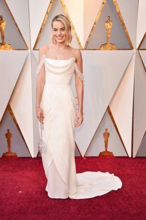 瑪格羅比Margot Robbie以一身白色晚禮服出席2018奧斯卡頒獎典禮