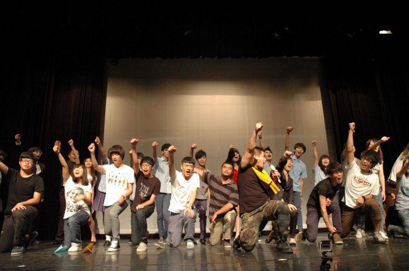 余浩瑋帶領花樣戲劇節的成員一同謝幕