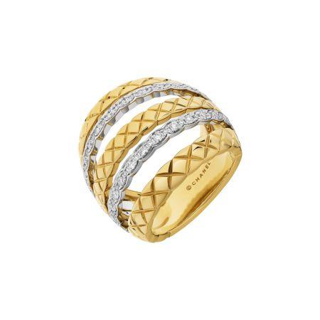 """2018年新款""""COCO CRUSH """"多層次寬版戒指18K白金與黃金鑲嵌62顆明亮式切割鑽石。建議售價NTD318,000元"""