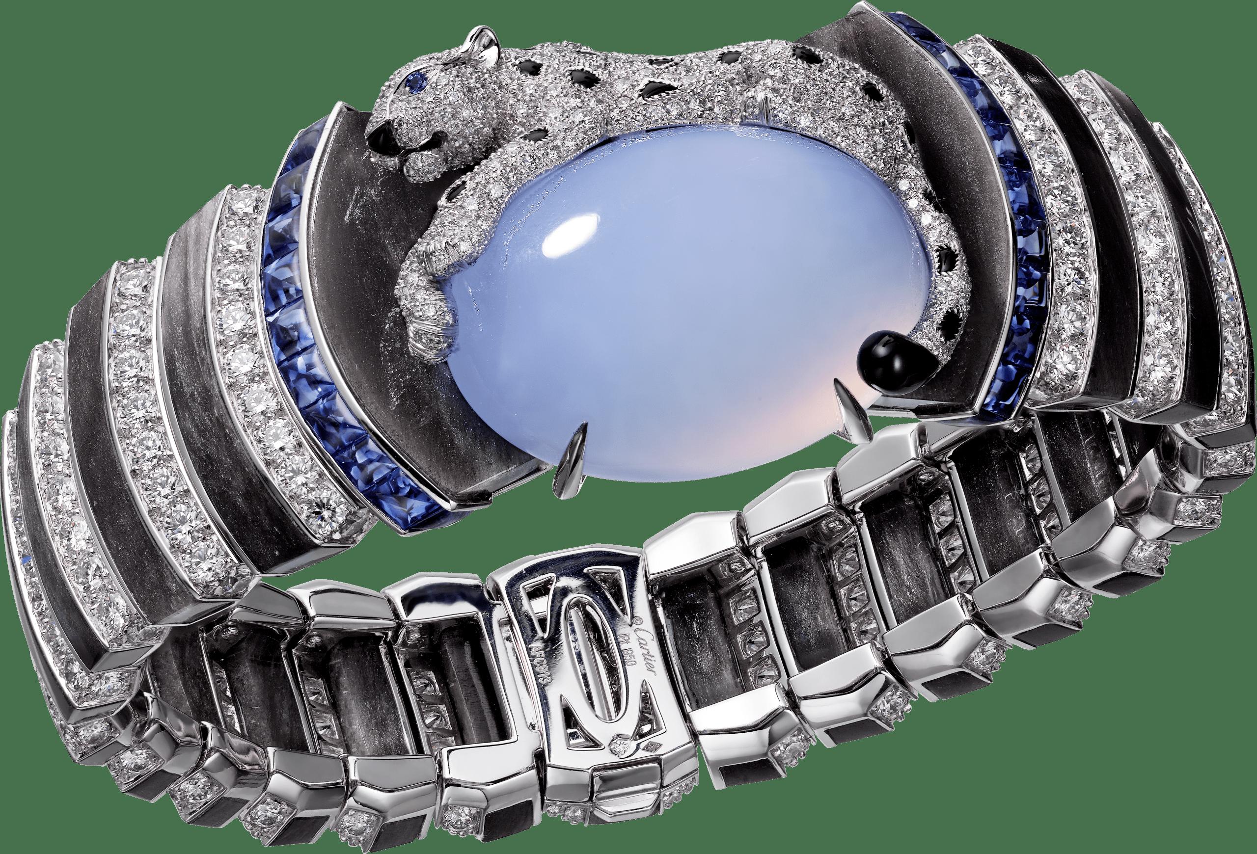 Cartier Royal美洲豹頂級珠寶系列藍玉髓手環鉑金,一顆重42.89克拉的凸圓形切割藍玉髓,藍寶石,黑曜岩,縞瑪瑙,圓形明亮式切割鑽石,參考價格約NT$ 27,500,000此作品上的美洲豹強悍而優雅,魅力四射,彷彿隨時預備從精密的幾何形狀中一躍而出。這貓科動物王者守護著一顆重達42.89克拉的凸圓形玉髓,玉髓清澈的色澤與黑白的對比互相輝映,可見卡地亞已將幾何造型和自然風格兩大元素以全新方式融為一體。