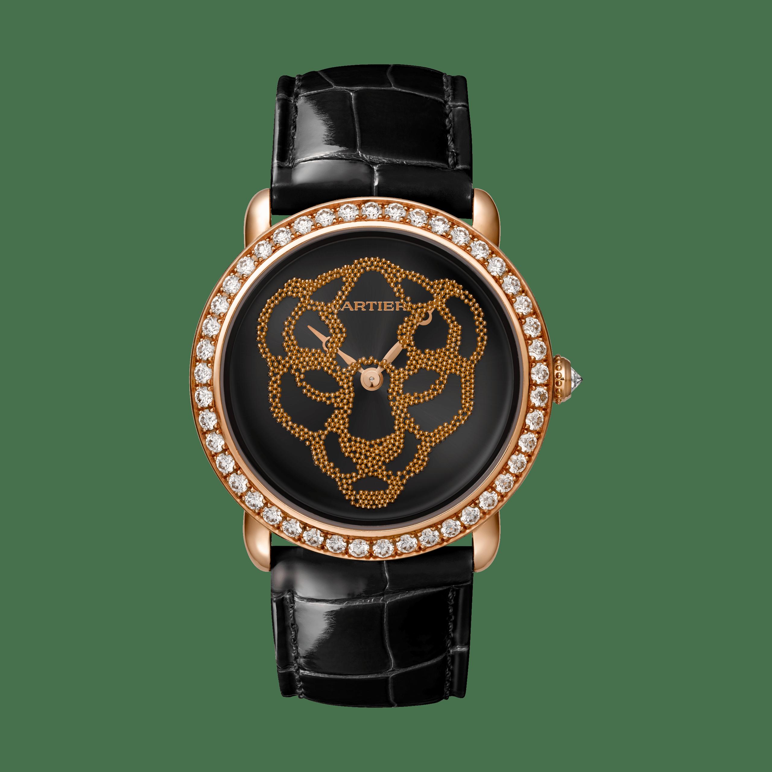 首次來台展出!Révélation d'une Panthère美洲豹腕錶37毫米,卡地亞430 MC型工作坊精製手動上鍊機械機芯。玫瑰K金錶殼鑲嵌圓形明亮式切割鑽石,黑色真漆錶盤,隨著手腕動作呈現金珠美洲豹圖案,錶冠鑲嵌鑽石,亮面黑色鱷魚皮錶帶(另備有一條酒紅色鱷魚皮錶帶),參考價格約NT$ 3,450,000