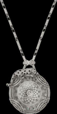 Panthère de Cartier美洲豹頂級珠寶系列水晶項鍊白K金,水晶,縞瑪瑙,祖母綠,鑽石參考價格約NT$ 12,100,000美洲豹彷彿行走在巴黎大皇宮的屋頂上,弧形與開放的金屬線條再現巴黎大皇宮的建築特色。這件獨特的作品必須耗費超過330小時才得以完成,高超的技術,刻畫出獵豹的線條。卡地亞獨家毛皮鑲嵌工藝,使得作品栩栩如生呈現豹的真實毛髮,而每顆縞瑪瑙斑點需花上一小時的時間方可製作完成。