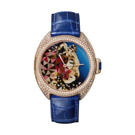 首次來台展出!Clé de Cartier美洲豹秸稈鑲嵌腕錶40毫米,玫瑰金,鑽石,祖母綠,秸稈細工鑲嵌,搭載卡地亞1847 MC型自動上鍊機芯,藍色鱷魚皮錶帶(另附紅色鱷魚皮錶帶),30枚獨立編號限量款式。參考價格約NT$ 3,060,000