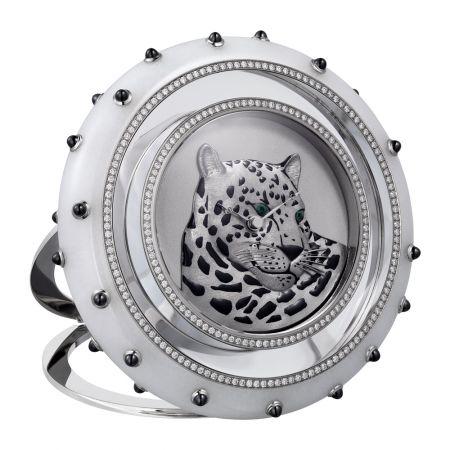 卡地亞美洲豹頂級珠寶白玉座鐘座鐘以白K金、白玉、縞瑪瑙、天然水晶、雕花琺瑯鐘面和圓形明亮式切割鑽石打造而成。八天手動上鏈機械機芯。參考價格約NT$ 16,200,000這款座鐘以兩種不同方式演繹美洲豹的美態——全手工雕刻的錶盤立體呈現其野性不羈,以縞瑪瑙點綴的座鐘外部則展現豹紋之絢麗斑斕。作品披上細膩的黑、白、灰調,設計高貴典雅。