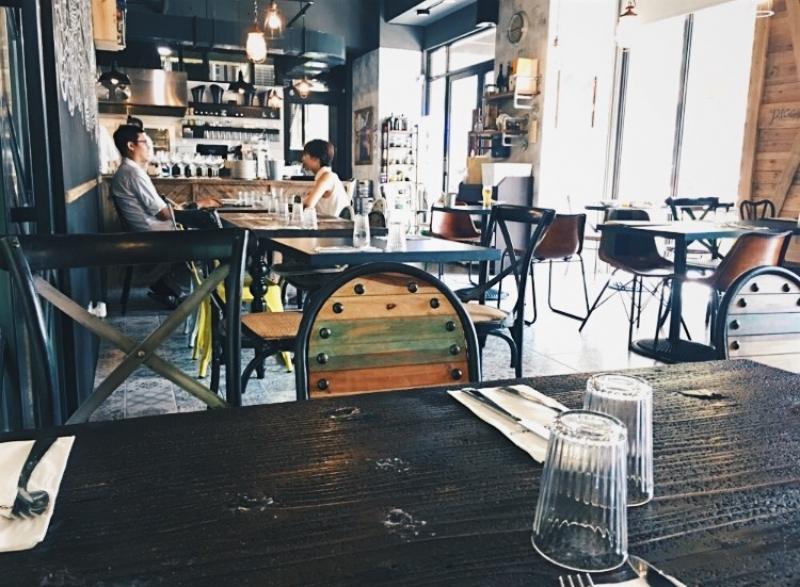 餐桌旁的落地窗讓大把陽光灑入,從味蕾道空間,都能感受到南國悠閒時光的完美移植。
