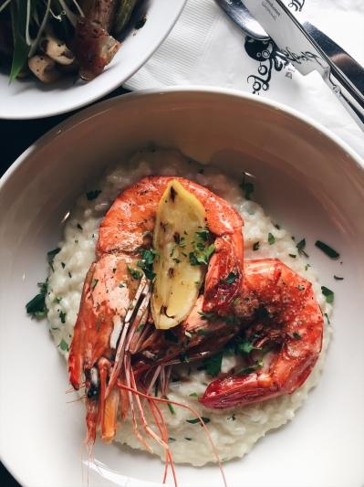 鮮味大蝦檸檬酒燉飯 這道趁勢推出的小章魚經典菜也不容錯過。燉煮時加入檸檬酒提味,不僅增添香氣,吃起來是清爽不膩。再放上兩隻肥美碩大的草蝦,可說是色、香、未俱全的海味主餐。