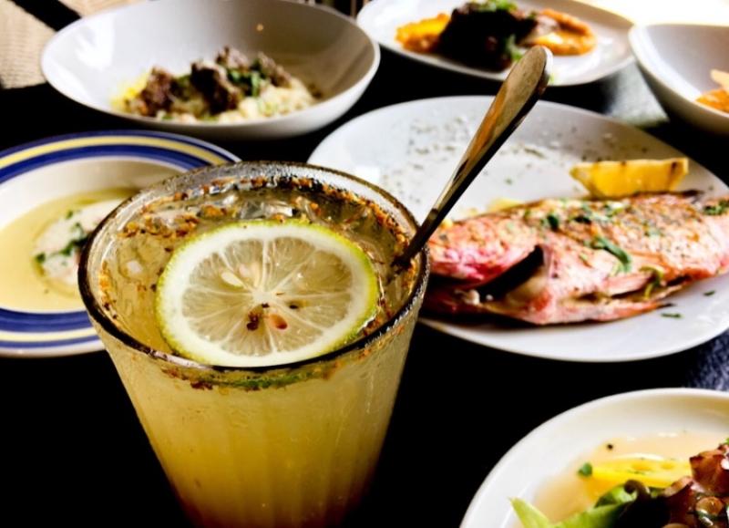 自詡為「西式快炒店」的迷路小章魚,如同熱炒店般隨性的出菜節奏,點幾道菜搭配適合的酒品,三五人分食,就是小章魚的海邊餐桌風景。