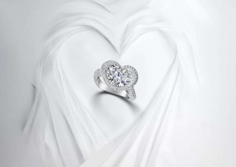 CHOPARD蕭邦頂級珠寶系列 18K白金材質戒指,鑲嵌1顆總重10.02克拉鑽石主石,與總重3.31克拉白鑽。 售價: NT$23,164,000