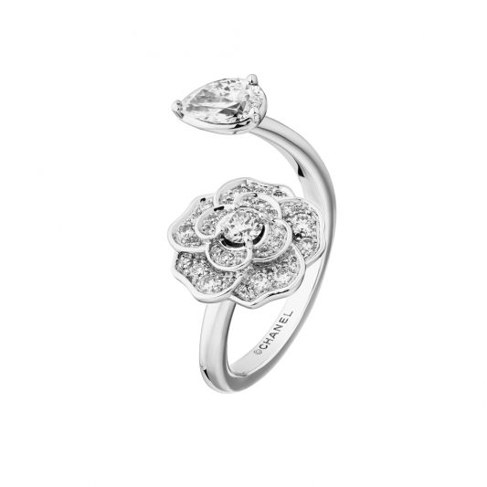 CHANEL Camelia Precieux開放式戒指18K白金,鑲嵌1顆梨形切割鑽石及31顆鑽石。建議售價NTD310,000元