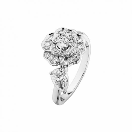 CHANEL Camelia Precieux戒指18K白金,鑲嵌1顆梨形切割鑽石及31顆鑽石。建議售價NTD310,000元