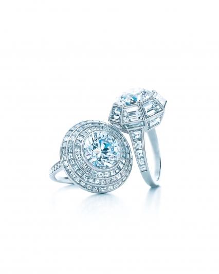 (左) Tiffany 鉑金鑲嵌5.01克拉圓形切割鑽石戒指(E,VS1) NT$22,090,000(右)Tiffany 鉑金鑲嵌雙圈梯形切割鑽石戒指價格店洽