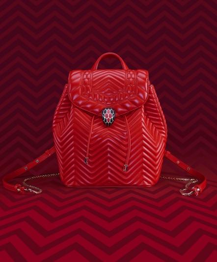 SERPENTI FOREVER 火焰珊瑚紅色小牛皮後背包,售價:約新台幣86,900元。
