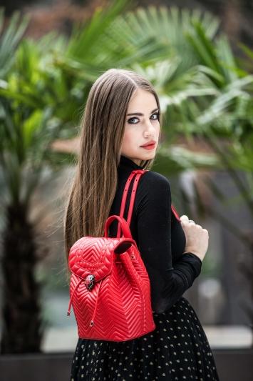 俄羅斯超模 Xenia Tchoumi 配戴 SERPENTI FOREVER 火焰珊瑚紅色小牛皮後背包。