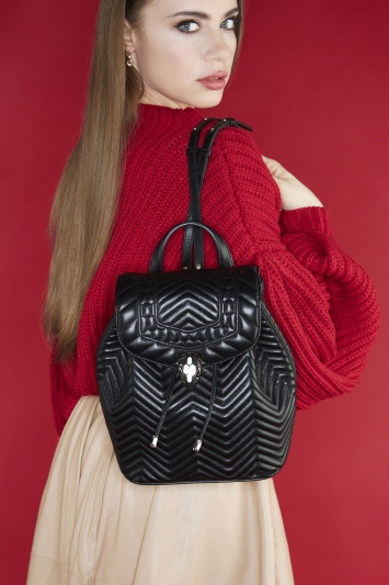 俄羅斯超模 Xenia Tchoumi 配戴 SERPENTI FOREVER 黑色小牛皮後背包。