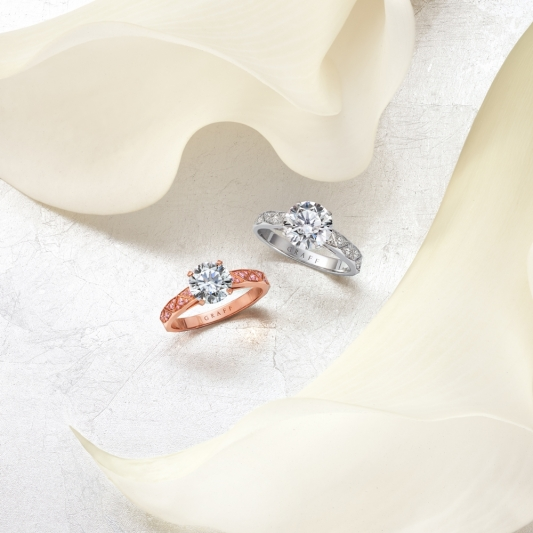 GRAFF Laurence Graff Signature勞倫斯格拉夫經典鑲嵌設計鑽戒與婚戒,靈感來自完美切割的鑽石琢面,金屬戒環部分有著不同切面,是大氣又有個性的一款作品。售價店洽。