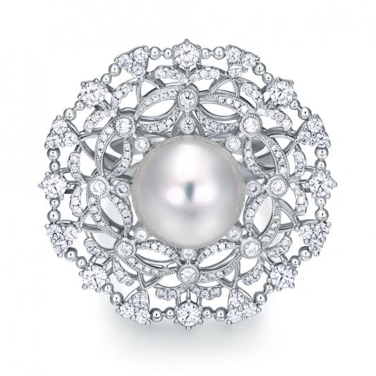 蕾絲花朵珍珠墜鍊胸針_18K白金鑽石總重3.715克拉南洋珠12mm _售價 NT$800,000元起