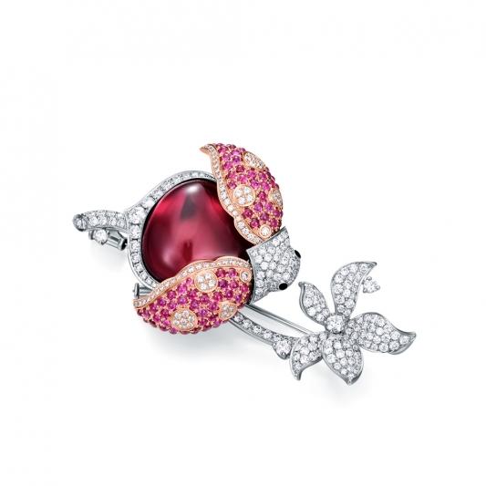 LadyBird胸針_18K白金鑽石總重2.121克拉_蛋面切割紅碧璽重14.174克拉售價$1,160,000元起