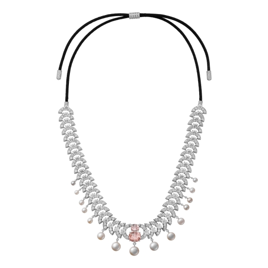 Virelai帕德瑪藍寶石珍珠項鍊/髮帶 白K金,2顆枕形天然帕德瑪藍寶石(Padparadscha),總重9.56克拉,15顆天然珍珠,總重20.54克拉,明亮式切割鑽石。參考價格約NT$ 33,500,000鑽石以半環形呈現的規律圖案,從中心向外閃耀光芒,運用回音設計,綻放出熠熠生輝的明亮光感,使璀璨光芒與精緻無比的圖案融合成一體。帕德瑪藍寶石的柔花色澤創造的和諧美學,在天然珍珠的襯托下更顯濃郁,為整體作品創造出柔和感。純正天然的帕德瑪藍寶石非常珍稀罕見,呈現出平衡粉紅與橙色的最完美色澤。卡地亞最欣賞帕德瑪藍寶石的色澤表現,包括濃郁的「夕陽」粉,到柔美細膩的柔和色調。